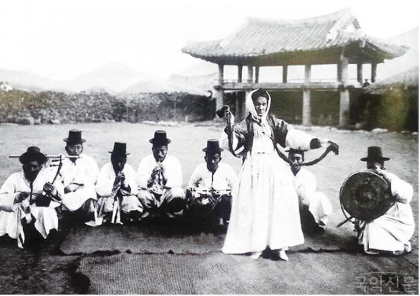 1912 남해읍성 굿판.jpg